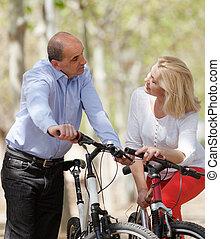 pareja madura, con, bicycles