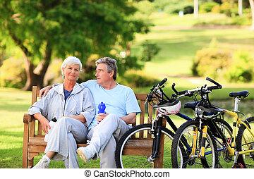 pareja madura, con, su, bicicletas