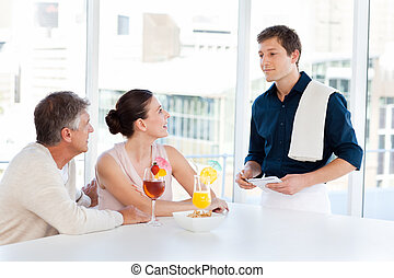pareja madura, con, un, camarero, en una barra