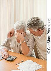 pareja madura, doméstico, triste, su, calculador, cuentas