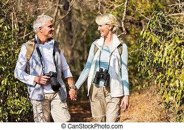 pareja madura, excursionismo, en, montaña
