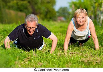 pareja madura, hacer, deporte, -, pushups