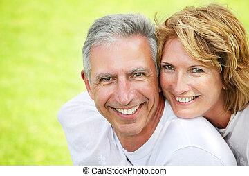 pareja madura, sonriente