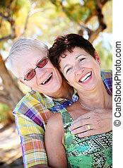 pareja madura, sonriente, y, se abrazar
