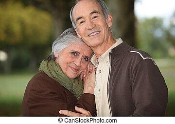 pareja, maduro, se abrazar