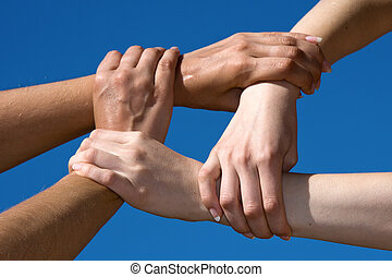 pareja, manos, de conexión, a, un, cadena, con, cielo