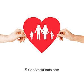 pareja, manos, tenencia, corazón rojo, con, familia