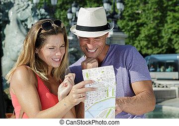 pareja, mapa, feliz, turistas, tenencia