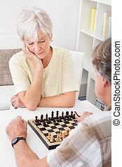 pareja mayor, ajedrez, juego