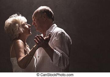 pareja mayor, bailando
