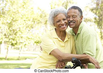 pareja mayor, bicicletas de equitación, en el...