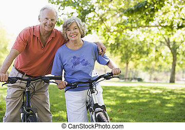 pareja mayor, bicycles