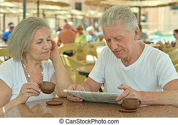 pareja mayor, café de bebida