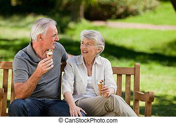 pareja mayor, comida, un, helado, o
