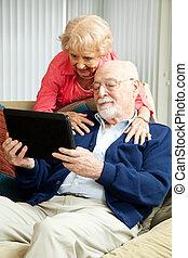pareja mayor, con, computadora personal tableta