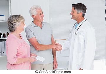 pareja mayor, doctor, visitar
