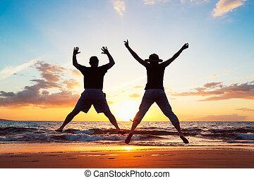 pareja mayor, el gozar, ocaso, en la playa