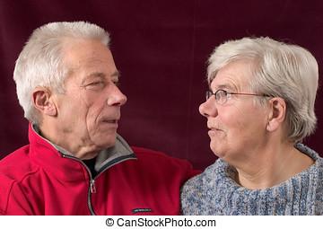 pareja mayor, el mirar, eachother