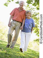 pareja mayor, en, caminata