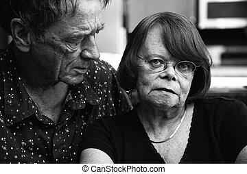 pareja mayor, en casa