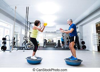 pareja mayor, en, gimnasio, cálculo, con, pesas