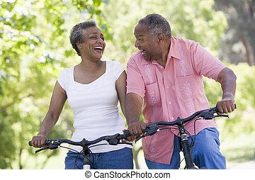 pareja mayor, en, paseo de ciclo