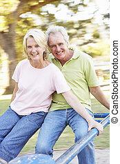 pareja mayor, equitación, en, indirecto, en el estacionamiento