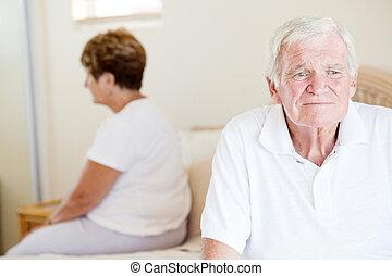 pareja mayor, infeliz, cama, sentado