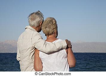 pareja mayor, mar, mirar