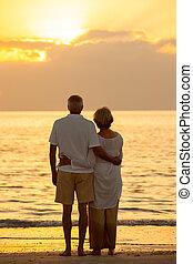 pareja mayor, ocaso, playa tropical