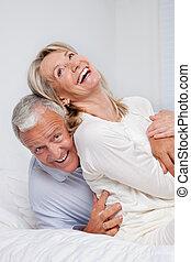 pareja mayor, reír, juntos