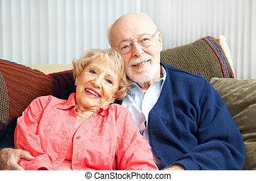pareja mayor, relajante, sofá