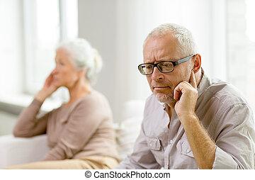 pareja mayor, se sentar sobre sofá, en casa