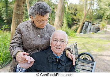 pareja mayor, sentado, aire libre, en, un, banca de parque