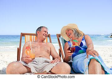 pareja mayor, sillas, cubierta, sentado