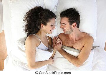 pareja, mentira en cama