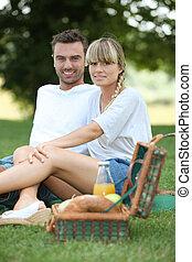 pareja, merienda campestre que tiene, en el parque