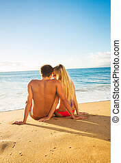 pareja, mirar la puesta de sol, en, playa tropical,...