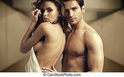pareja, mitad-desnudo, romántico, postura