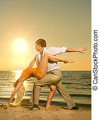 pareja, océano, ocaso, joven, bailando