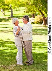 pareja, parque, 3º edad, bailando