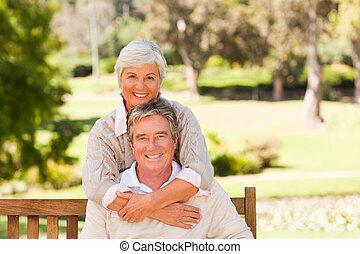 pareja, parque, anciano
