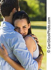 pareja, parque, joven, se abrazar