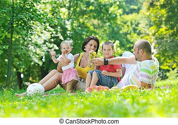 pareja, parque, joven, su, tenga diversión, niños, feliz