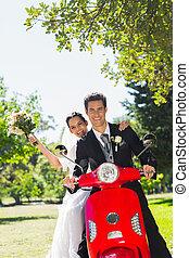 pareja, parque, patineta, recién casado, sentado