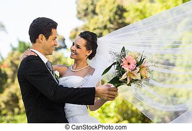 pareja, parque, romántico, recién casado, bailando