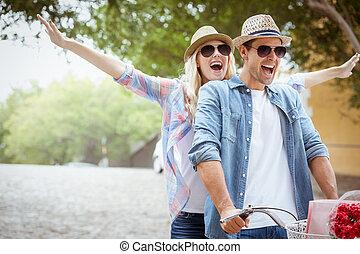pareja, paseo de la bici, yendo, cadera, joven