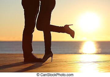 pareja, piernas, abrazar, enamorado, en la playa