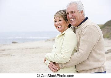pareja, playa, sonriente, se abrazar