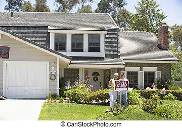 pareja, posición, exterior, casa, con, signo bienes raíces